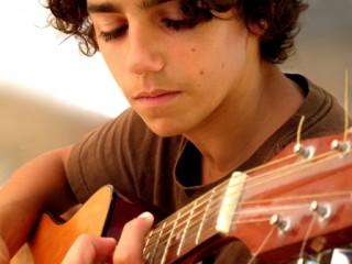 Adolescente con guitarra
